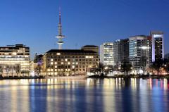 Hamburg am Abend, Blick über die Binnenalster zum Neuen Jungfernstieg und Hochhäusern an der Esplanade - im Hintergrund der Hamburger Fernsehturm.