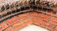 Tontafeln am Eingang Siechenkapelle St. Laurentius in Neuruppin; erbaut 1491 - spätgotischer Backsteinbau.