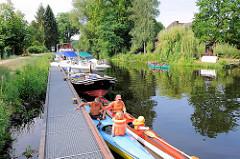 Warteplatz - Bootssteg der Schleuse Findenwirunshier in Neu Kaliß. Schleuse wird mit SchleusenwärterIn von Hand betrieben; Kanus und Motorboote warten auf die Schleusung.