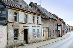 Renovierungsbedürftige einstöckige Wohnhäuser in der Berliner Straße / Fehrbellin.