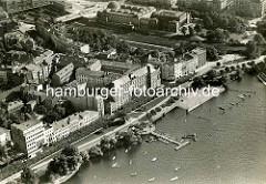 Altes Flugbild von Hamburg St. Georg - Alsterufer mit Bootshaus und Straße An der Alster / Atlanic Hotel - im Hintergrund der Hamburger Hauptbahnhof und die Kunsthalle.