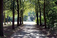 Kurfürstenpark mit Kurfürstendenkmal vom Kurfürst Friedrich Wilhelm in Fehrbellin - errichtet 1902,  Entwurf Fritz Scharper.