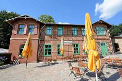 Empfangsgebäude Alter Fehrbelliner Bahnhof, 1879 /80 durch die Paulinenauer- Neuruppiner-Eisenbahn-Gesellschaft erbaut.  Fachwerk mit Ziegelausmauerungen - jetzt Restaurant mit Gästezimmern.