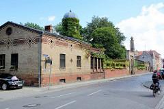 """Aussenansicht vom Herrenhaus """"Türkische Villa"""" mit Wintergarten in Neuruppin. Alterssitz des Neuruppiner Kaufmanns Johann Christian Gentz, der ab 1853 den Tempelgarten in seiner heutigen Form begründet hat."""