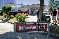 Stadtteilschild Rothenburgsort - Hamburg Mitte; im Hintergrund die historische Tankstelle Brandshof am Billhorner Röhrendamm.