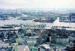 Blick von der St. Michaeliskirche ca. 1970; ein Kreuzfahrtschiff / Passagierschiff liegt an der Überseebrücke - am Elbufer in Hamburg Steinwerder ein Schwimmdock der Stülcken Werft.