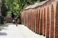 Ziegelmauer beim Tempelgarten von Neuruppin.