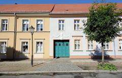 Restaurierte Wohnhäuser - klassizistische Dekorelemente an der Hausfassade; Architektur in Neuruppin.
