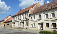 Architektur der Gründerzeit in der Berliner Straße / Fehrbellin; einstöckige Wohnhäuser, teilweise renoviert.