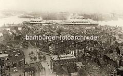 Historisches Foto / Luftaufnahme von der Hamburger Neustadt; Blick über den Schaarmarkt zur Elbe. Ozeanriesen, Passagierdampfer liegen an der Überseebrücke.