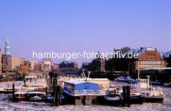 Anleger im Hamburger Binnenhafen / Zollkanal - Gebäude der Speicherstadt, Hamburger Freihafen um 1970.