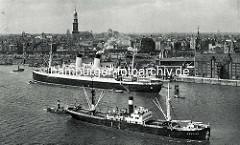 Frachter und Passagierschiff auf der Norderelbe vor dem Kaispeicher / Kaiserspeicher - im Hintergrund die Hamburger Neustadt.