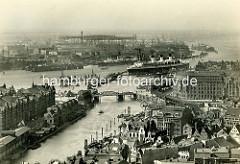 Historische Ansicht vom Hafen der Hansestadt Hamburg. Blick über den Zollkanal und der Niederbaumbrücke zur Überseebrücke.