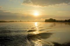 Sonnenaufgang über der Elbe bei Havelberg.