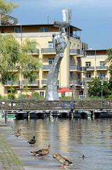 Moderne Edelstahlskulptur Parzival am See - Höhe 17 Meter, Künstler Matthias Zágon Hohl-Stein. Einweihung 1998 zur Verleihung des Namens Fontanestadt.