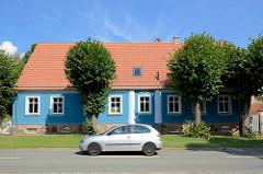 Wohnhaus mit blauer Fassade und weissen Säulen in der Feldbergstrasse in Fehrbellin.