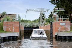 Schleuse und historische Klappbrücke in Altfriesack / Gemeinde Fehrbellin am Ruppiner Kanal. Die Gesamtanlage ist als technisches Denkmal geschützt.