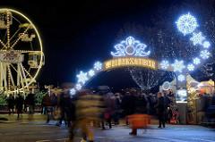 Weihnachtsmarkt Weißer Zauber am Jungfernstieg in der Hamburger Neustadt. Riesenrad - Schriftzug und winterliche Leuchtdekoration.