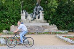 Seit 1998 trägt die Stadt Neuruppin offiziell den Beinamen Fontanestadt - der Romancier Theodor Fontane wurde 1819 in Neuruppin geboren. Das Denkmal wurde 1907 eingeweiht - Bildhauer Prof. Max Wiese.