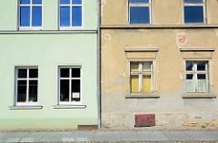 Wohnhäuser mit unterschiedlicher Fassadengestaltung und Renovierungsstand - Architektur in Neuruppin.