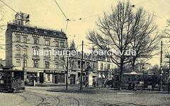 Historische Bilder aus Hamburg Winterhude / Winterhuder Marktplatz; eine Straßenbahn kommt lks. aus der Alsterdorfer Straße. Geschäfte mit Eisen & Kurzwaren, Manufaktur von Modewaren, Confection von Aussteuer Otto Wisser. Litfaßsäule an der Haltes