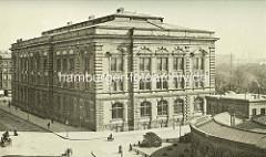 Historische Architektur in der Hansestadt Hamburg - Naturhistorisches Museum am Steintorwall - im Vordergrund ein Ausschnitte der ersten Warmbadeanstalt Europas am Schweinemarkt.