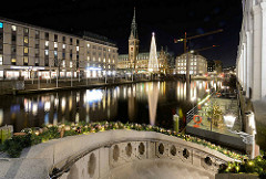 Die Hansestadt Hamburg zur Weihnachtszeit - Blick über die Kleine Alster zum Hamburger Rathaus / Weihnachtstanne.