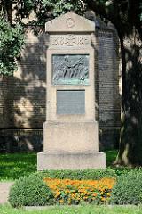 Gedenkstein bei der Fehrbelliner Stadtkirche - Inschrift: Dem ehrenden Andenken der im Kriege 1813-1815 für Freiheit u. Vaterland Gefallenen aus dem Havellande und der Grafschaft Ruppin, insbesondere dem Heinrich Bolte - errichtet 1914.