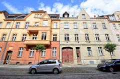 Mehrstöckige Wohnhäuser in Neuruppin - Gründerzeitarchitektur / Jugendstil; unterschiedlicher Zustand der Renovierung / Fassadengestaltung.