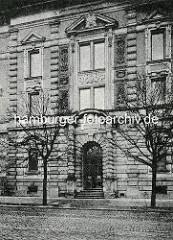 Eingangsportal vom Naturhistorischen Museum am Steintorwall in der Hamburger Innenstadt.