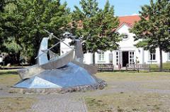 """Metallskulptur """"Seeschlacht zwischen den Knesebecks und den Zietens"""" - Künstler  Matthias Zágon Hohl-Stein am Neuruppiner See in Fehrbellin - Wustrau."""