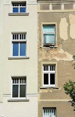 Alt + Neu - restaurierte Fassade und abbröckelnder Putz / freigelegt Ziegel, Mauerwerk; Architektur in Neuruppin.