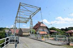 Industriedenkmal -  historische Klappbrücke über den Ruppiner Kanal in Altfriesack, erbaut 1929.