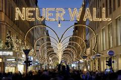 Weihnachtliche Straßendekoration / Weihnachtsbeleuchtung im Neuen Wall, Hamburger City.