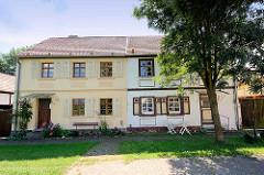 Historische Wohnhäuser mit unterschiedlicher Fassadengestaltung an der Akazienstraße in Wustrau / Fehrbellin.