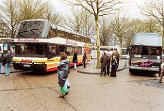 scan-4-zob-2001 Bushaltestellen am ZOB vor dem Umbau, Passagiere und wartende Autobusse - Bilder aus Hamburg St. Georg.
