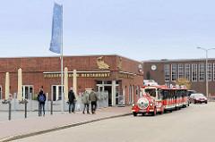 Fischereihafen in Cuxhafen - Restaurent und Touristenbahn auf Rundfahrt.