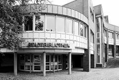 Moderne Verwaltungsarchitektur - Stadtbibliothek Cuxhaven, runder Eingangsbereich.