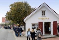 Souvenirshops / Touristen am Wehrbergsweg in Duhnen an der Nordsee.