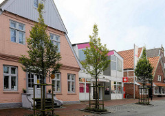 Marktstraße von Otterndorf - historische Wohnhäuser / Geschäftshäuser mit Einzelhandel - modernes Verwaltungsgebäude, 1970er Jahre Architektur einer Sparkasse.