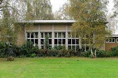 Architektur der 1950er Jahre in Cuxhaven / Rektor-Dölle-Straße / Abendrothsstraße; lks die Skulptur Mädchen, Bildhauer Karl Wenke.