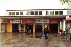 scan-zob-2002  Eingang vom alten ZOB Bahnhof an der Adenauerallee in Hamburg St. Georg.