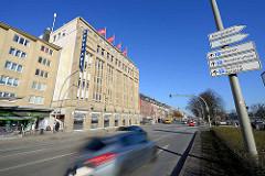 Schnell fahrende Autos in der Wandsbeker Marktstraße in Hamburg Wandsbek - Geschäftsstraße mit Einkaufszentrum und Läden; lks. das Karstadtgebäude - errichtet 1922 nach den Plänen  des Regierungsbaumeisters C. G. Bensel.