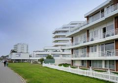 Moderne Bäderarchitektur am Deich von Duhnen / Cuxhaven; mehrstöckige Gebäude / Wohnanlagen / Apartmenthäuser mit Ferienwohnungen.
