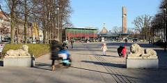 Wandsbeker Marktplatz - Hamburger Stadtteil Wandsbek, Löwenskulpturen, die früher ihren Standort am Eingang der Auffahrt vom Wandbeker Schloss hatten - im Hintergrund der Busbahnhof und Christuskirche.