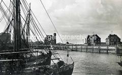 Altes Bild vom Fischereihafen in Cuxhafen - Masten der Fischkutter; im Hintergrund das Gebäude der Wetterstation DWD / Deutscher Wetterdienst in Cuxhaven.