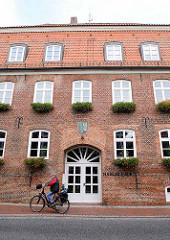 Eingang Hadler Haus; erbaut 1792 als Kaufmannshaus und Kornspeicher - im 19. Jahrhundert als Hotel, später dann als Finanzamt. Seit 2011 ist es das Amtsgebäude der Samtgemeinde Land Hadeln.