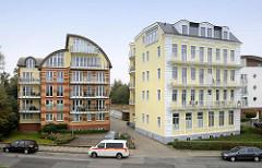 Historische und moderne Architektur am Deich in Cuxhaven - Gebäude mit Balkons, Ferienwohnungen.