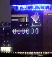 Tag der Eröffnung der Elbphilharmonie in der Hamburger Hafencity - 11. Januar 2017; die Zeit bis zur Eröffnung wird in Sekunden an die Wand gestrahlt - sich bewegendes Metronom.