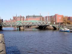 Blick in den Magdeburger Hafen zur Baakenbrückem, dahinter der Kaispeicher B.